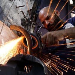 Imagen de un herrero fabricando herramientas agrícolas en un taller, en Bagdad, Irak. | Foto:Xinhua / Omar Khalil