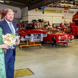 La Reina Máxima de Holanda y el Rey Guillermo posan en el garaje Bella Macchina, donde se revisan los clásicos italianos, durante una visita regional en Deventer. | Foto:Patrick van Katwijk / ANP / AFP