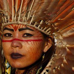 Una mujer indígena observa en el campamento de la marcha de mujeres indígenas mientras acompañan la votación de la sesión del Supremo Tribunal Federal que definirá el futuro de la demarcación de las tierras indígenas, en Brasilia, Brasil. | Foto:Xinhua / Lucio Tavora