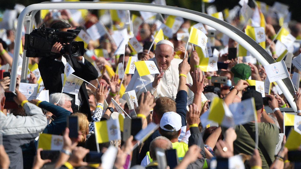 El Papa Francisco se dirige en un vehículo abierto a saludar a los fieles que celebran una divina liturgia bizantina en Presov, cerca de Kosice, Eslovaquia. - El Papa se encuentra en una visita de cuatro días en Eslovaquia, donde se reunió con los sobrevivientes del Holocausto y también verá a los miembros de la comunidad romaní. | Foto:Tiziana Fabi / AFP