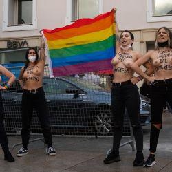 Activistas de Femen protestan contra la homofobia frente al Congreso en Madrid.   Foto:Pierre-Philippe Marcou / AFP
