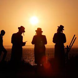 Hombres y niños judíos ultraortodoxos realizan el ritual    Foto:Jack Guez / AFP