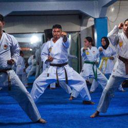 Jóvenes entrenando en una clase de karate guiada por Menaa Asadi, una entrenadora de karate refugiada afgana en el Club de Karate, en Indonesia.   Foto:Xinhua / Adriana Adie / NurPhoto / ZUMAPRESS