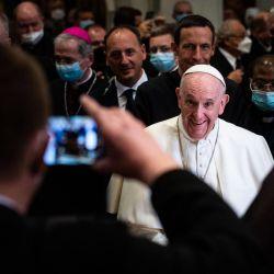 Un hombre toma una foto del Papa Francisco tras asistir a una reunión con obispos, sacerdotes, religiosos consagrados, seminaristas y catequistas en la Catedral de San Martín en Bratislava, Eslovaquia.   Foto:Vladimir Simicek / AFP