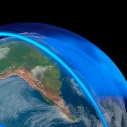 La capa de ozono es una franja frágil de gas que protege a la Tierra de los efectos nocivos de los rayos solares,