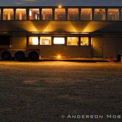 El motorhome es un imponente camión con un tráiler de dos pisos y 22 ruedas.