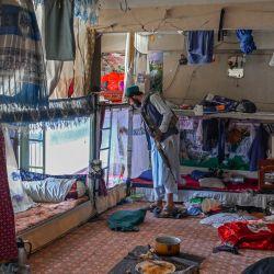Un miembro de los talibanes inspecciona el interior de la prisión de Pul-e-Charkhi en Kabul. | Foto:Bulent Kilic / AFP