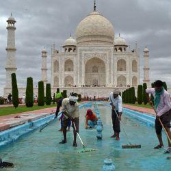 Los trabajadores limpian un tanque de la fuente de agua en el Taj Mahal en Agra. | Foto:Pawan Sharma / AFP