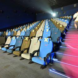 Una persona llega para ver una película durante la reapertura de los cines en medio de la pandemia de Covid-19 en Yakarta. | Foto:Adek Berry / AFP