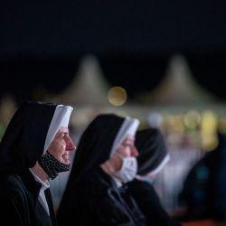 Monjas esperan a primera hora de la mañana en el lugar de la Santa Misa abierta que celebrará el Papa Francisco en El Santuario Nacional de Sastin-Straze, a unos 70 km al norte de la capital eslovaca, Bratislava. | Foto:Tomas Benedikovic / AFP