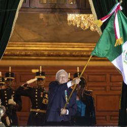 Imagen del presidente mexicano, Andrés Manuel López Obrador, ondeando una bandera de México durante la ceremonia del Grito de Independencia, en el marco de la conmemoración del 211 aniversario del inicio de la Independencia de México, en Palacio Nacional, en la Ciudad de México, capital de México. | Foto:Xinhua / Str