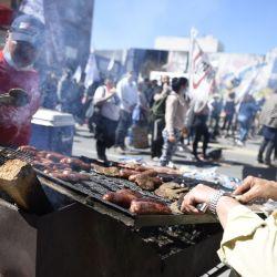 Trabajadores preparan alimentos durante una movilización en el marco de un paro general convocado por el Plenario Intersindical de Trabajadores - Convención Nacional de Trabajadores, en Montevideo, capital de Uruguay. | Foto:Xinhua / Nicolás Celaya