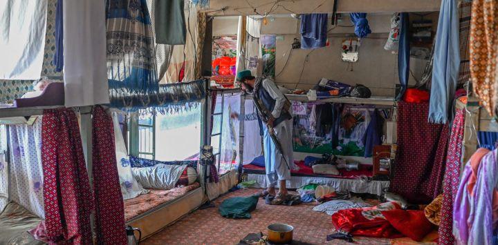 Un miembro de los talibanes inspecciona el interior de la prisión de Pul-e-Charkhi en Kabul.
