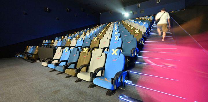Una persona llega para ver una película durante la reapertura de los cines en medio de la pandemia de Covid-19 en Yakarta.