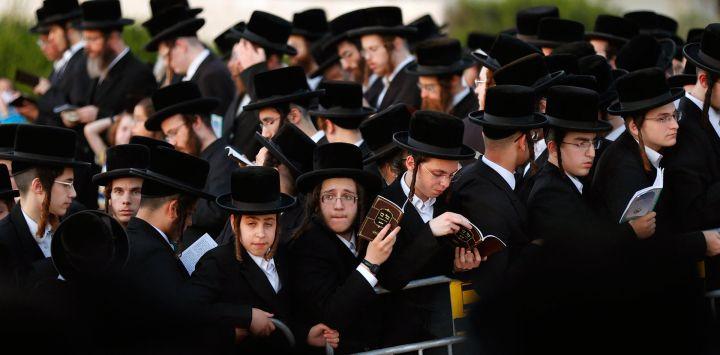 Hombres y niños judíos ultraortodoxos realizan el ritual