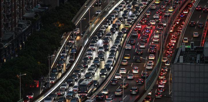 Los vehículos se abren paso a lo largo de una concurrida autopista en Shanghái