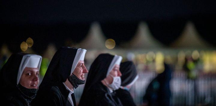 Monjas esperan a primera hora de la mañana en el lugar de la Santa Misa abierta que celebrará el Papa Francisco en El Santuario Nacional de Sastin-Straze, a unos 70 km al norte de la capital eslovaca, Bratislava.