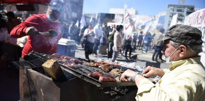 Trabajadores preparan alimentos durante una movilización en el marco de un paro general convocado por el Plenario Intersindical de Trabajadores - Convención Nacional de Trabajadores, en Montevideo, capital de Uruguay.