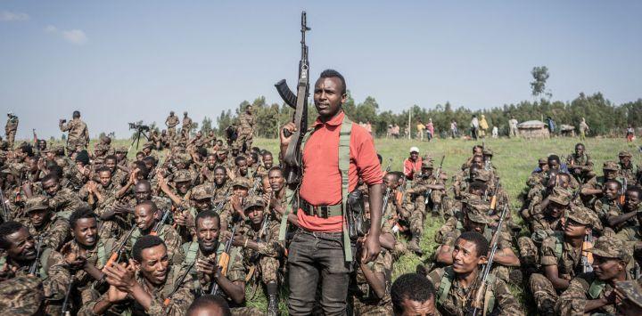 Un soldado de las Fuerzas de Defensa Nacional de Etiopía (ENDF) gesticula durante una sesión de entrenamiento en el campo de Dabat, a 70 kilómetros al noreste de la ciudad de Gondar, en Etiopía.