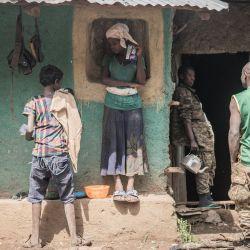 Aldeanos alrededor del campamento de las Fuerzas de Defensa Nacional de Etiopía (ENDF) en un lugar no revelado en Etiopía.   Foto:Amanuel Sileshi / AFP