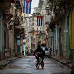 Banderas cubanas se ven a lo largo de una calle de La Habana.   Foto:Yamil Lage / AFP