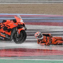 El piloto español del KTM-Tech3 Iker Lecuona se cae durante la segunda sesión de entrenamientos libres previa al Gran Premio de San Marino de MotoGP.   Foto:Andreas Solaro / AFP