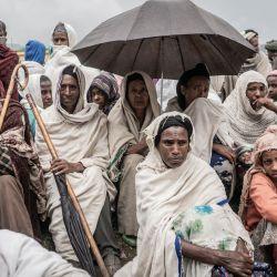 Las personas que huyeron de la guerra de May Tsemre, Addi Arkay y Zarima se reúnen en un campo de desplazados internos construido temporalmente para recibir sus primeras bolsas de trigo del Programa Mundial de Alimentos en Dabat, a 70 kilómetros al noreste de la ciudad de Gondar, Etiopía.   Foto:Amanuel Sileshi / AFP