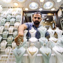 El joyero iraní Housein Ahmadi busca un artículo dentro de su vidriera en el Gran Bazar de Teherán.   Foto:Atta Kenare / AFP