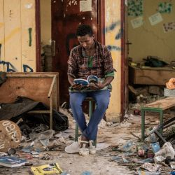 Kindu Fenta, de 17 años, lee un libro dentro de un aula que supuestamente fue saqueada por rebeldes del Frente de Liberación del Pueblo de Tigray, en Zarima, a 140 kilómetros de Gondar, Etiopía.   Foto:Amanuel Sileshi / AFP
