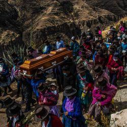 Miembros de la localidad de Santiago de Lucanamarca en Ayacucho, sur de Perú, participan en el entierro de un familiar.   Foto:Ernesto Benavides / AFP