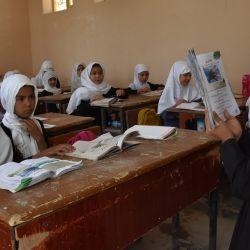 Niñas afganas asisten a una clase en una escuela local, en Mazar-i-Sharif, capital de la provincia de Balkh, Afganistán.   Foto:Xinhua / Kawa Basharat