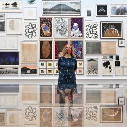 Un miembro del personal posa para una fotografía observando las obras de arte expuestas durante la presentación a la prensa de la Exposición de Verano 2021 de la Real Academia Británica de las Artes en el centro de Londres.   Foto:Justin Tallis / AFP