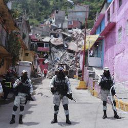 Personal de la Guardia Nacional vigilan frente al sitio donde se registró el deslave de una parte del Cerro del Chiquihuite, en Tlalnepantla, México.   Foto:Xinhua / Quetzalli Blanco
