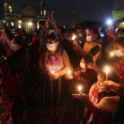 Personas sostienen velas durante una protesta en contra de la celebración del bicentenario de la independencia en la Plaza de la Constitución, en la Ciudad de Guatemala, capital de Guatemala.   Foto:Xinhua / Str