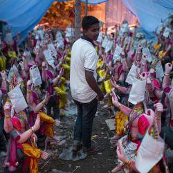 Un hombre camina entre estatuas recién preparadas del Señor hindú Vishwakarma, para la celebración del    Foto:Xinhua / Sulav Shrestha