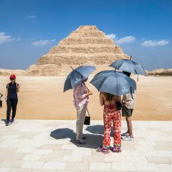 Turistas cerca de la pirámide escalonada del faraón Djoser del Antiguo Egipto de la tercera dinastía en la necrópolis de Saqqara, al sur de la capital egipcia, El Cairo.   Foto:Khaled Desouki / AFP