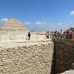 Turistas visitan el nivel superior de la tumba sur del rey Zoser en la necrópolis de Saqqara, en el sur de El Cairo, Egipto.   Foto:Xinhua / Sui Xiankai
