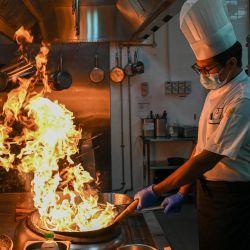 Un chef cocina en el hotel Ritz-Carlton de Langkawi, ya que la isla de vacaciones de Malasia está preparada para reabrir a los turistas nacionales tras los cierres debidos a las restricciones para detener la propagación del coronavirus Covid-19.   Foto:Mohd Rasfan / AFP