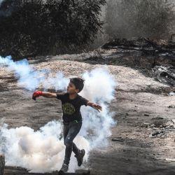 Un niño palestino se une a sus compañeros de protesta en los enfrentamientos con las fuerzas de seguridad israelíes, tras una manifestación contra los asentamientos en el pueblo cisjordano de Beita.   Foto:Jaafar Ashtiyeh / AFP