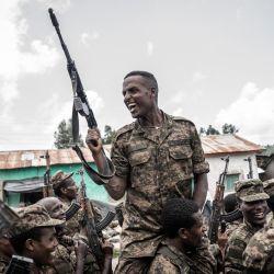 Un soldado de las Fuerzas de Defensa Nacional de Etiopía (ENDF) gesticula tras finalizar un entrenamiento en el campo de Dabat, a 70 kilómetros al noreste de la ciudad de Gondar, Etiopía.   Foto:Amanuel Sileshi / AFP