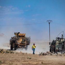 Vehículos militares turcos y rusos patrullan en el campo de Rumaylan en la provincia nororiental de Hasakeh, cerca de la frontera con Turquía.   Foto:Delil Souleiman / AFP