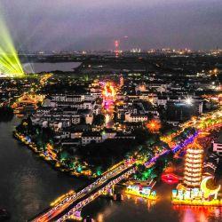 Vista aérea de una feria de linternas celebrando el Festival de Medio Otoño, en el municipio de Zhouzhuang de la ciudad de Kunshan, en la provincia de Jiangsu, en el este de China.   Foto:Xinhua / Yang Lei
