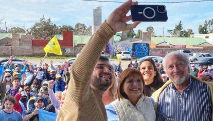 Apoyos. En la foto junto a Nacho Torres, candidato en Chubut.