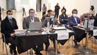 Veredicto. Tomás Jaime, Juan Cruz Villalba y Lucas Pitman (atrás de sus abogados defensores) llegaron en libertad al juicio que se realizó en el Teatro Auditorium de Mar del Plata. Entre enero y abril de 2019 estuvieron presos en Batán.
