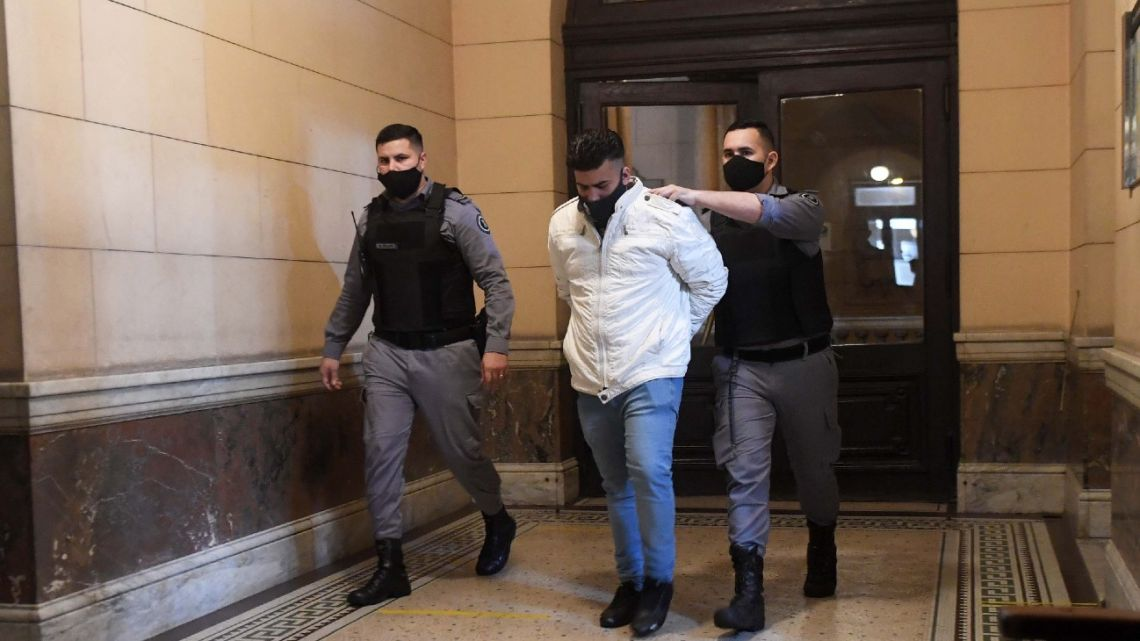 Buenos Aires City: Juan José Navarro Cádiz is transferred to court to be sentenced for the killing of Héctor Olivares and Miguel Yadón.