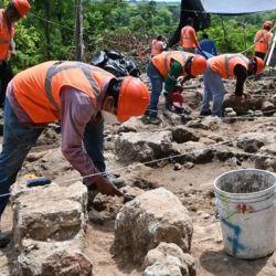 Entre los objetos hallados hay puntas de proyectil y una vasija antigua con jeroglíficos.