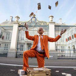 Oranjefan Johan Vlemmix actúa fuera del Palacio Noordeinde con motivo de  | Foto:AFP