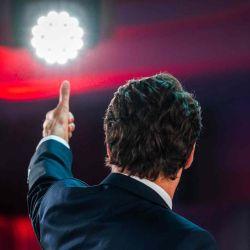 El primer ministro canadiense, Justin Trudeau, levanta el pulgar cuando llega para pronunciar su discurso de victoria después de las elecciones parlamentarias anticipadas en el FairmountQueen Elizabeth Hotel en Montreal, Quebec.  | Foto:AFP