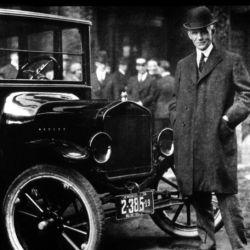El 25 de septiembre de 1926 Henry Ford anunció la semana laboral de cinco días por semana, ocho horas por día.