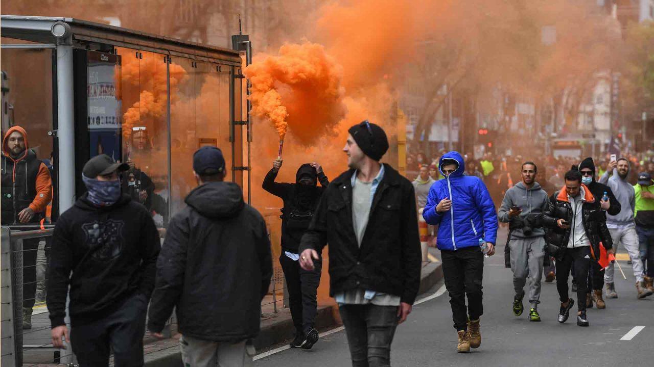 Trabajadores de la construcción y manifestantes asisten a una protesta contra las regulaciones de Covid-19 en Melbourne. | Foto:AFP